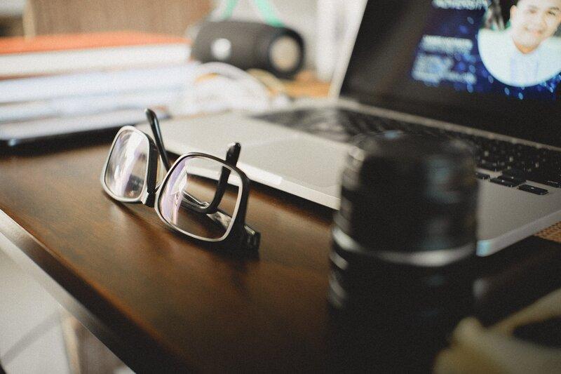 čierne okuliare proti modrému svetlu na stole