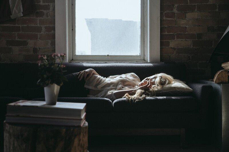 žena ležiaca na gauči