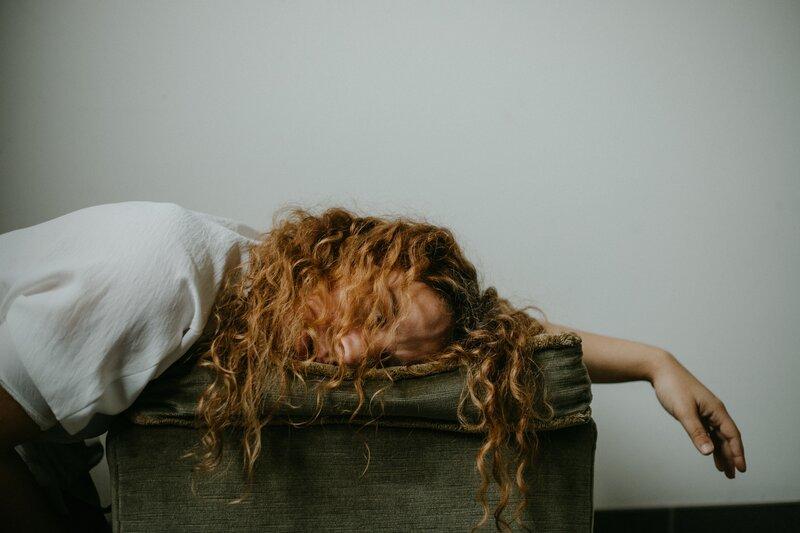 Unavená žena ležiaca na taburetke
