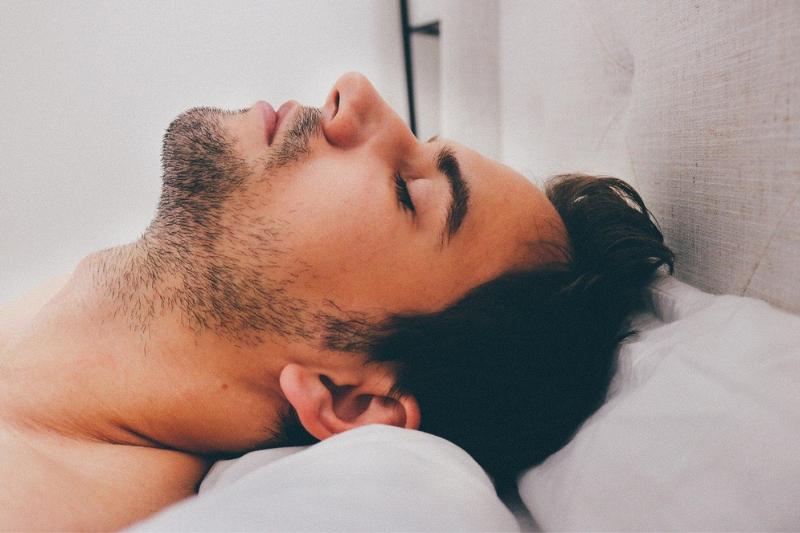 muž spí