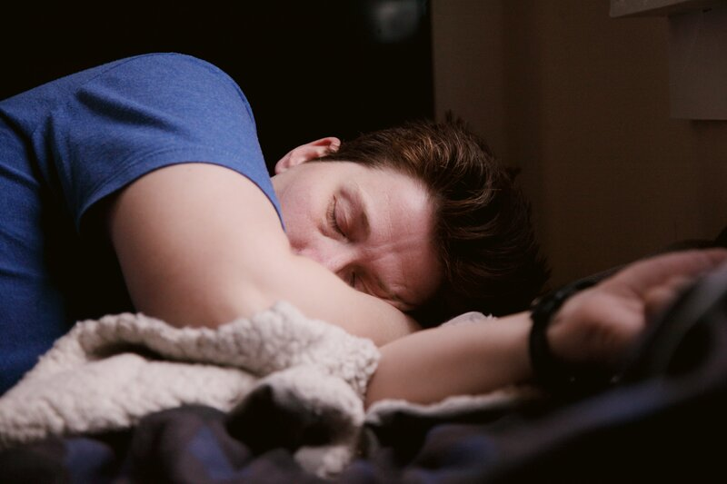 muž, ktorý spí