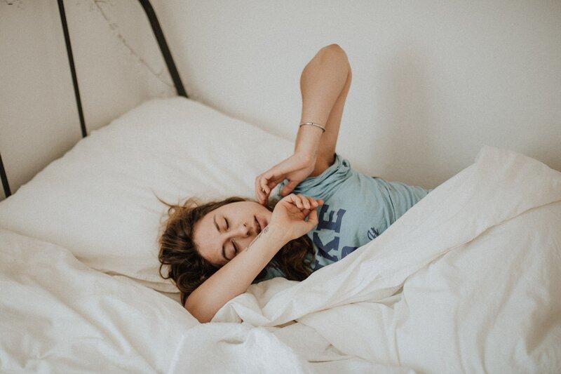 zobúdzajúca žena v posteli
